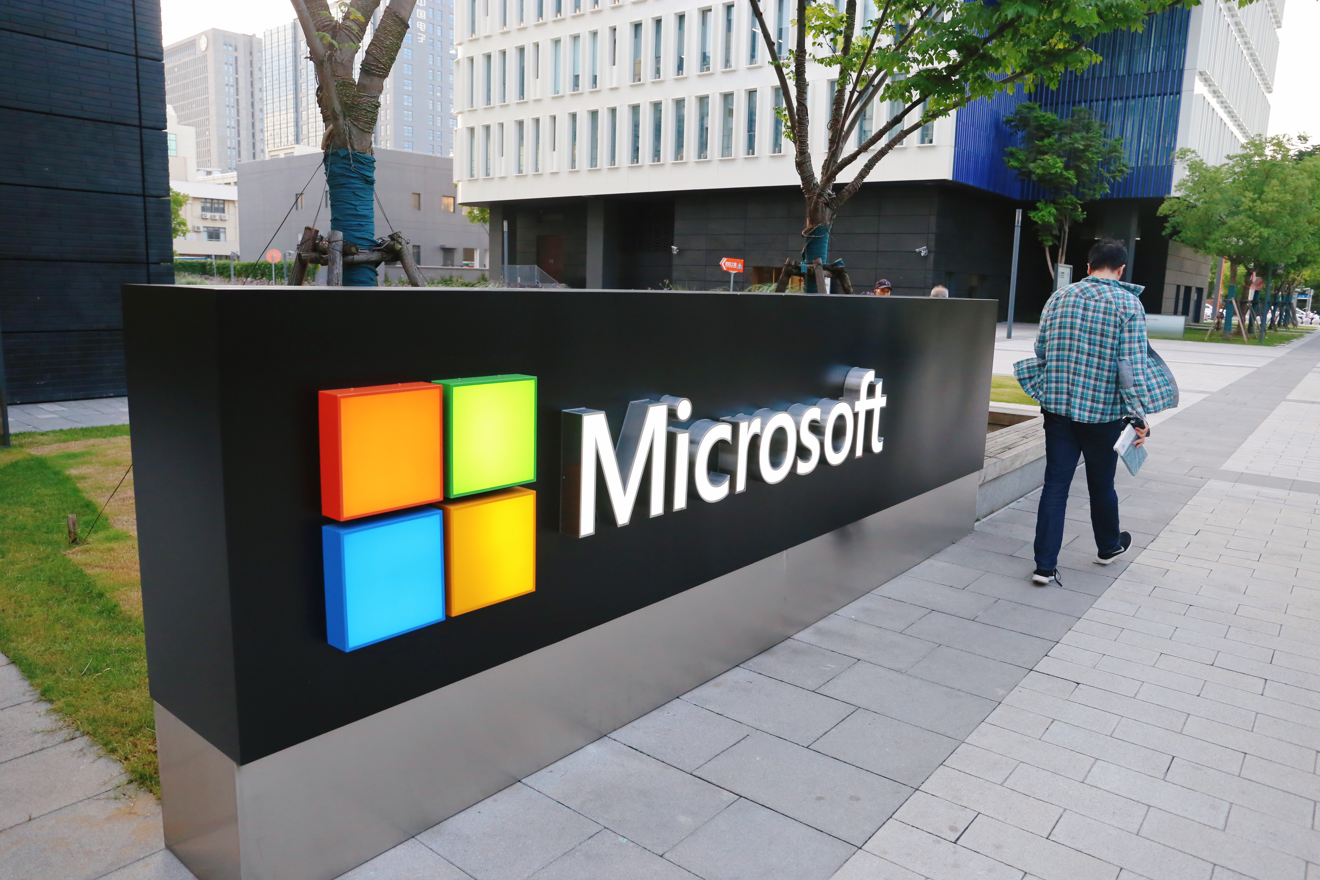 Microsoft follows IBM and Amazon in barring police from using its facial-recognition technology thumbnail