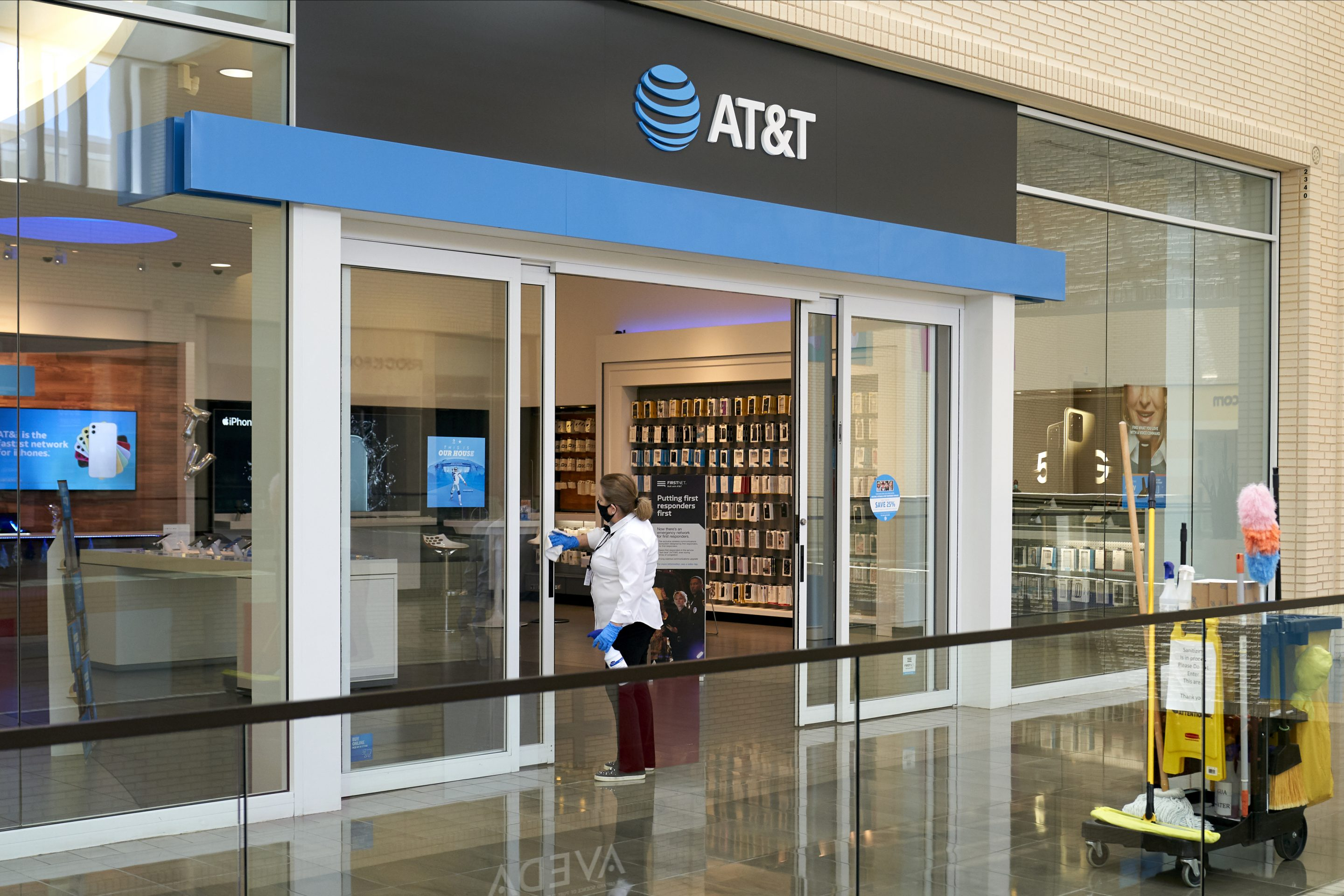 AT&T's 5G prices come down as carriers get more competitive thumbnail