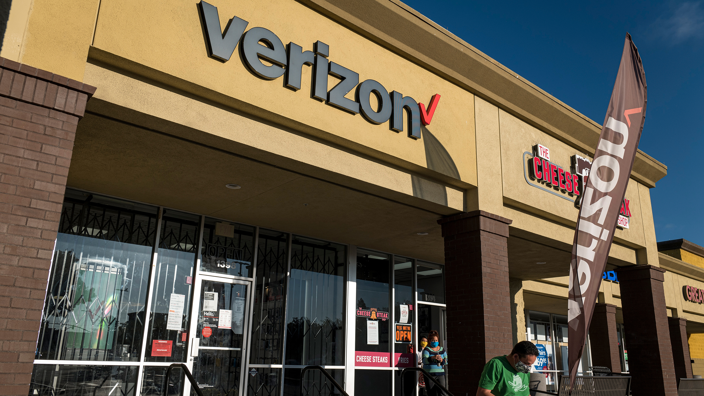 Verizon is enrolling COVID-affected customers in extended payment plans thumbnail