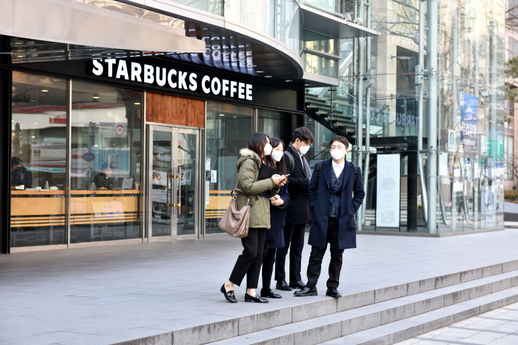A woman spread COVID to 27 customers at a Starbucks. Its mask-wearing employees escaped infection thumbnail
