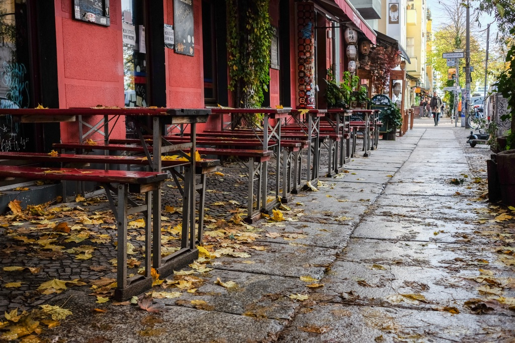 Empty tables of a restaurant in Sonntagstraße in Friedrichshain in Berlin. Federal and state governments have decided on a partial lockdown for the month of November. Wire photography: Jens Kalaene—dpa-Zentralbild/ZB